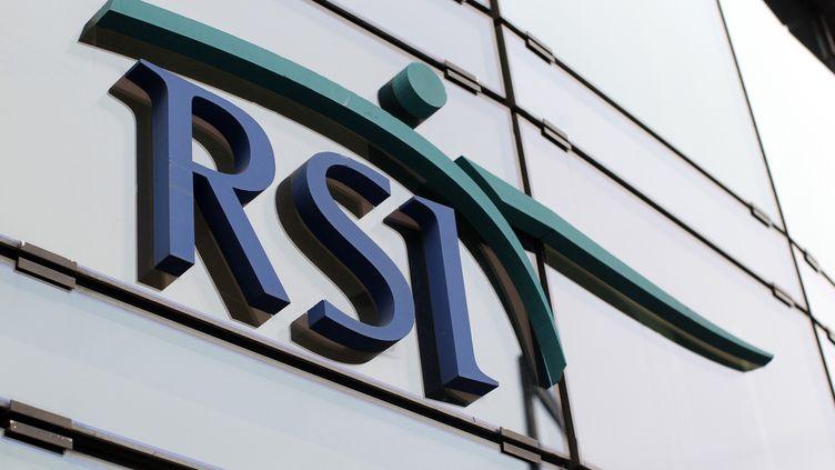 Le logo du RSI, sur la façade du siège de la caisse d'assurance, le 17 octobre 2012. (THOMAS SAMSON / AFP)