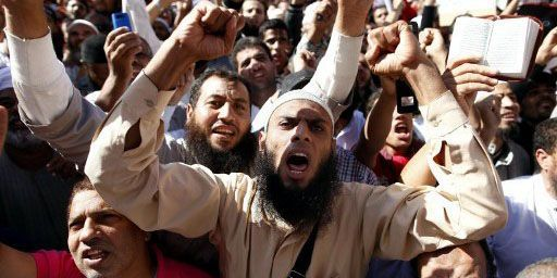Militants salafistes en train de crier des slogans sur la place Tahrir au Caire le 9 novembre 2012. La manifestation avait pour but de demander que la nouvelle constitution égyptienne soit basée sur la charia. (AFP - MAHMUD KHALED)