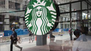 Un café de la chaîne Starbucks à Chicago (Illinois, Etats-Unis), le 29 mai 2018. (SCOTT OLSON / GETTY IMAGES NORTH AMERICA / AFP)