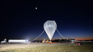 Un ballon Google envoyé dans la stratosphère pour une expérience, le 24 octobre 2014, à Roswell (Nouveau-Mexique), aux Etats-Unis. (PARAGON SPACE DEVELOPMENT CORP / AFP)