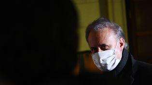 L'ancien maire de Draveil (Essonne), Georges Tron, lors de son procès en appel pourviols et agressions sexuelles, le 17 février 2021, à la cour d'assises de Paris. (CHRISTOPHE ARCHAMBAULT / AFP)