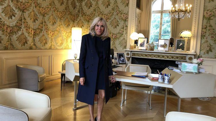 Brigitte Macron dans son bureau de l'Elysée, le 1er juillet 2020. (TRISTAN BROMET / ELYSEE)