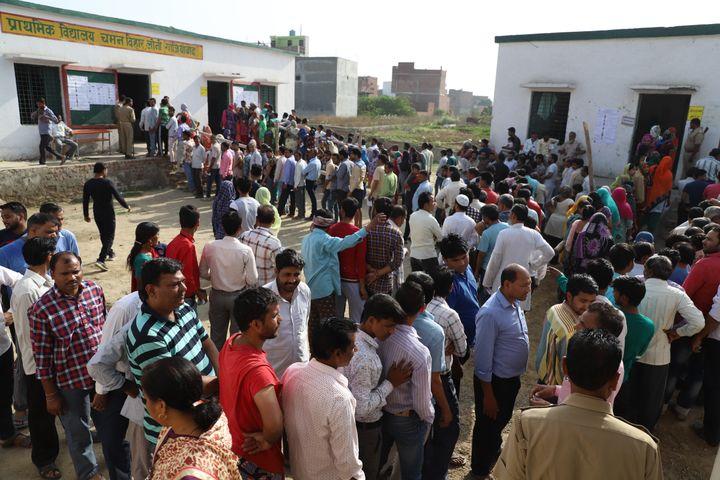Des électeurs indiens attendant de voter, le 11 avril 2019 dans l'Etat de l'Uttar Pradesh en Inde. (NASIR KACHROO / NURPHOTO / AFP)