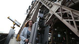 Une employée de Google filme les détails de la tour Eiffel  (THOMAS SAMSON / AFP)