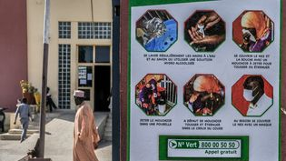 Une affiche reprenant les gestes barrière pour lutter contre le Covid-19 dans la capitale sénégalaise, Dakar. (SADAK SOUICI / ANADOLU AGENCY)