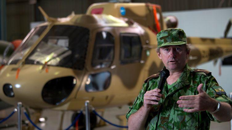 Lee White, patron des parcs nationaux du Gabon, lors de la remise d'un hélicoptère par une fondation sud-africaine pour lutter contre le braconnage, le 29 septembre 2016. (KAREL PRINSLOO / AFP)