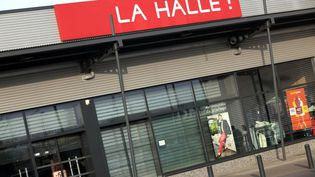 Un magasin de La Halle (groupe Vivarte) à Halluin (Nord), le 7 avril 2015. (THIERRY THOREL / CITIZENSIDE / AFP)