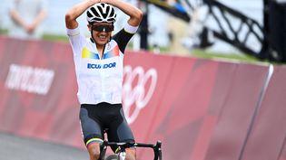 Richard Carapaz célèbre sa victoire sur la course en ligne de cyclisme, le 24 juillet 2021. (JASPER JACOBS / BELGA MAG / AFP)