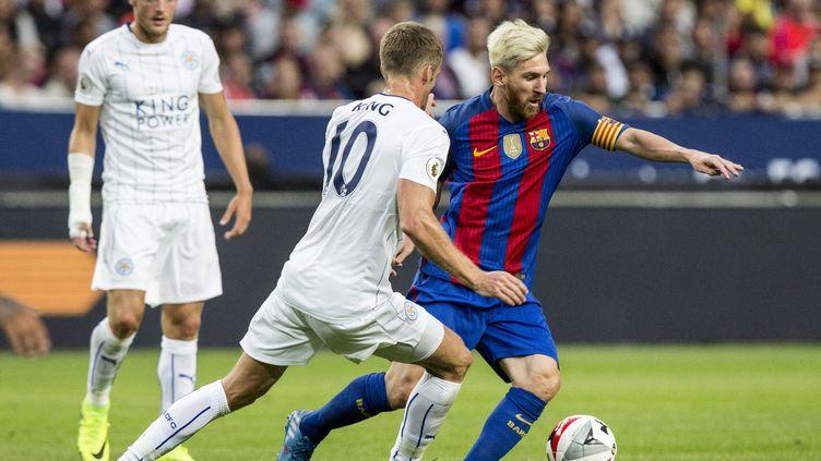 Messi se joue de King.  (CHRISTINE OLSSON / TT NEWS AGENCY)