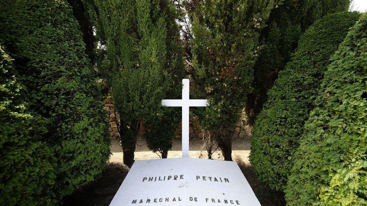 La tombe du maréchal Pétain, décédé le 26 juillet 1951, à l'île d'Yeu (Vendée). (JEAN-SEBASTIEN EVRARD / AFP)