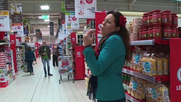 Une chanteuse lyrique dans un supermarché de Haute-Garonne. (CAPTURE ECRAN FRANCE 3)