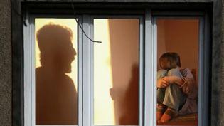 Une proposition de loi visant à éradiquer les violences éducatives était débattue jeudi 29 novembre. Témoignage d'une jeune femme traumatisée par les violences de sa mère. (FRANCE 2)