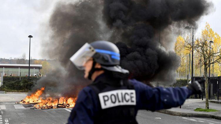 Un officier de police à Bordeaux, le 4 décembre 2018. (NICOLAS TUCAT / AFP)