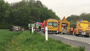 Le lieu de l'accident de la route impliquant trois véhicules qui a fait cinq morts, le 6 mai 2017 à Radinghem (Pas-de-Calais). (MAXPPP)
