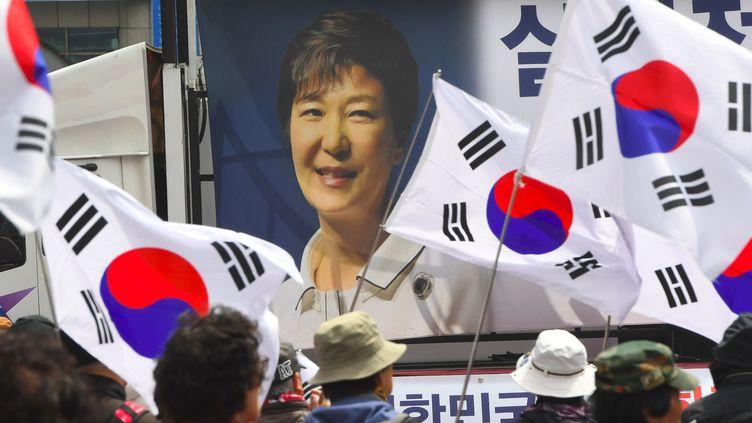 Des soutiens de l'ex-présidente sud-coréenne Park Geun-hye à Séoul, le 6 avril 2018. (JUNG YEON-JE / AFP)