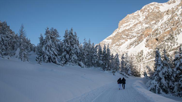 Une route menant au Col de l'Echelle (Hautes-Alpes), près de Bardonecchia, dans les Alpes italiennes, le 13 janvier 2018. (PIERO CRUCIATTI / AFP)