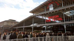 La queue s'allonge devant le Pitchfork festival à la Grande Halle de la Villette (Paris).  (Vincent Arbelet)