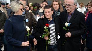 Isabelle Fouillotet Jean-Pierre Fouillot, les parents d'Alexia Daval, encadren Jonathann Daval lors de la marche silencieuse en hommage à la jeune femme le 5 novembre 2017. (SEBASTIEN BOZON / AFP)