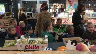 Des élèves de maternelle font le marché à l'occasion de la Semaine du goût.  (CAPTURE D'ÉCRAN FRANCE 3)