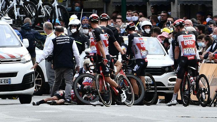 Caleb Ewan reste au sol après sa chute dans le sprint final dans Pontivy, lors de la 3e étape du Tour de France, le 28 juin (PHILIPPE LOPEZ / AFP)