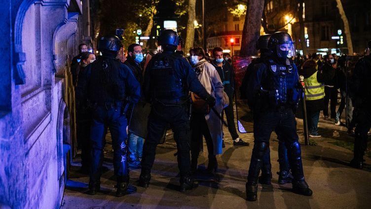 """Des policiersempêchent des manifestants de se déplacerlors d'une manifestation contre la proposition de loi sur la """"sécuritéglobale"""",le 17 novembre 2020 à Paris. (Mathieu Menard / Hans Lucas / Hans Lucas via AFP)"""