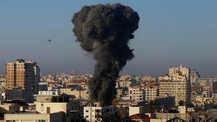 De la fumée s'élève de Gaza après unbombardement de l'armée israélienne, le 15 mai 2021. (ASHRAF AMRA / ANADOLU AGENCY / AFP)
