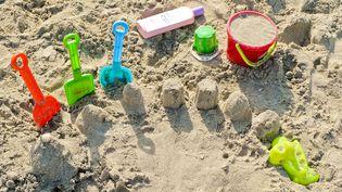 Des jouets dans du sable sur une plage. Photo d'illustration. (ADALBERTO ROQUE / AFP)