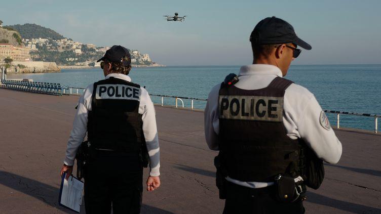 Des policiers utilisent un drone pour contrôler les déplacements en période de confinement sur la Promenade des Anglais, à Nice, le 19 mars 2020. (VALERY HACHE / AFP)