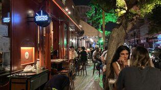 Les restaurants, cafés et bars ont rouvert et les habitants ressortent en soirée dans le quartier de Mar Mikhaël, non loin du port de Beyrouth. (AURELIEN COLLY / RADIO FRANCE)