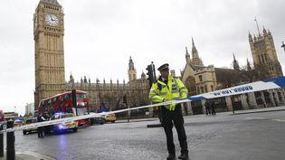 Un policier aux abords du Parlement britannique, à Londres (Royaume-Uni), le 22 mars 2017. (STEFAN WERMUTH / REUTERS)