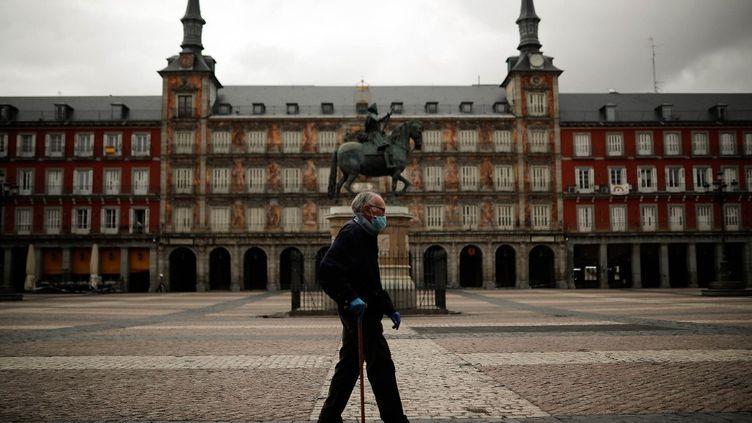 Une place déserte pendant le confinement à Madrid (Espagne), le 12 mai 2020. (BURAK AKBULUT / ANADOLU AGENCY / AFP)