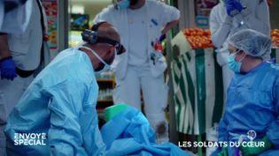 """""""On a décalé la limite de la mort"""" : à Paris, ils improvisent un bloc opératoire en pleine rue pour sauver les victimes d'arrêt cardiaque (ENVOYÉ SPÉCIAL  / FRANCE 2)"""