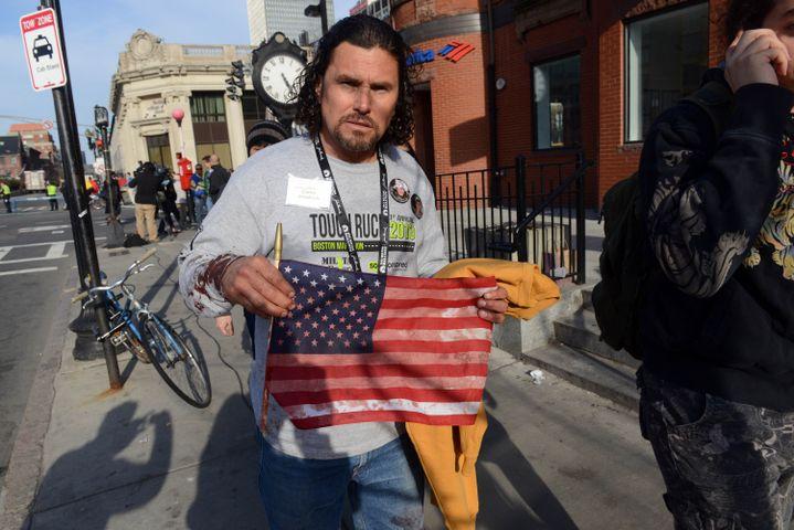 Carlos Arredondoa secourudes dizaines de blessés lors de l'attentat de Boston (Etats-Unis), le 15 avril 2013. (DARREN MCCOLLESTER / GETTY IMAGES / AFP)