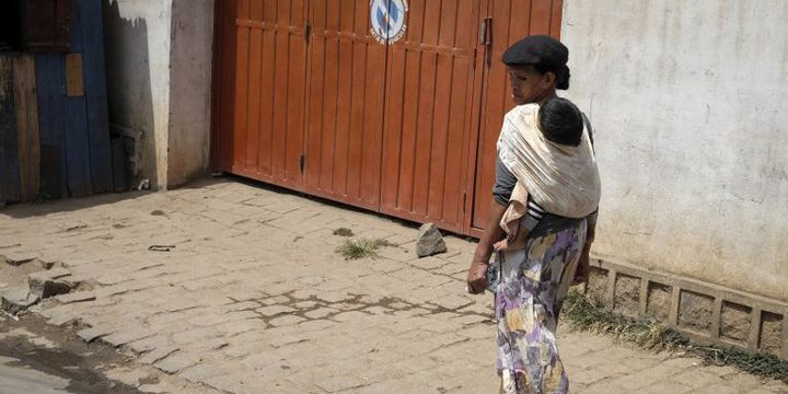 Une Malgache et son bébé dans les rues d'Antananarivo, la capitale, le 29 janvier 2017. (Binnur Ege Gurun / ANADOLU AGENCY)