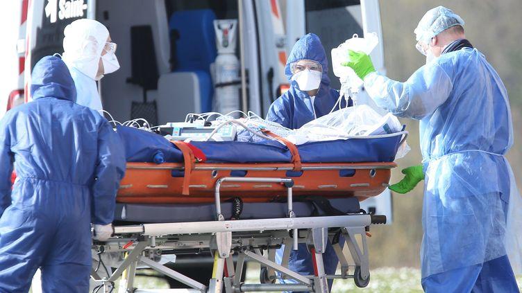 Un autocar médicalisé transportant huit malades du coronavirus a dû faire demi-tour entre les hôpitaux de Reims et Tours. Les patients n'étaient pas prioritaires selon l'Agence régionale de santé. (J-F FREY / MAXPPP)