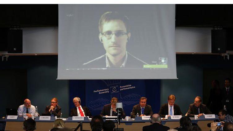 (© Reuters/Vincent Kessler - De nouveaux documents top secret de la NSA, communiqués par Edward Snowden, ici visible sur un écran lors d'une visioconférence, ont été publiés par The Intercept.)