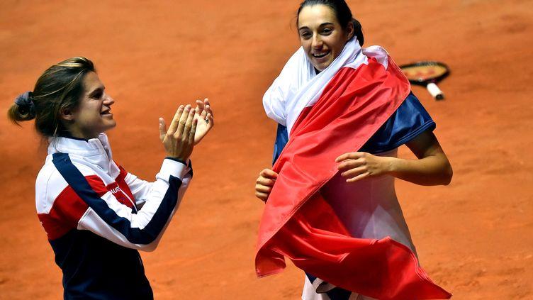 Amélie Mauresmo et Caroline Garcia après la victoire de la France contre l'Italie (GIUSEPPE CACACE / AFP)