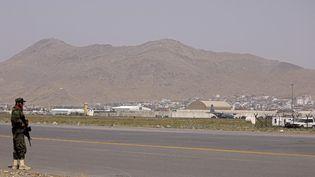 Un soldat taliban, le 11 septembre 2021 à l'aéroport de Kaboul (Afghanistan). (KARIM SAHIB / AFP)