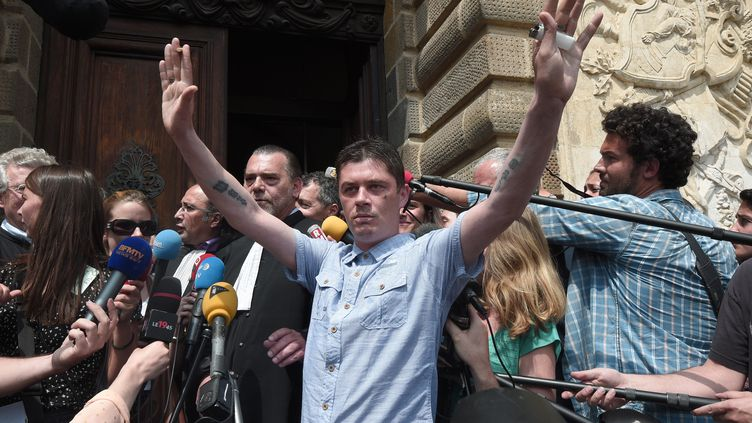 Daniel Legrand manifeste sa joie après son acquittement, le 5 juin 2015, à Rennes (Ille-et-Vilaine). (DAMIEN MEYER / AFP)