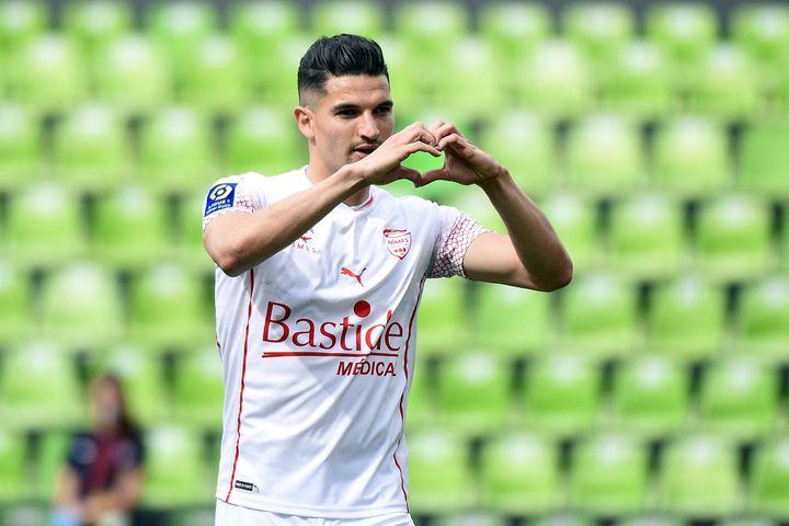 Le Nîmois Zinedine Ferhat célèbre après son but contre Metz, dimanche 9 mai. (JEAN CHRISTOPHE VERHAEGEN / AFP)
