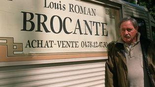 """Victor Lanoux, en tournage pour """"Louis la Brocante"""", à Bordeaux (Gironde) le 27avril 2000. (ANDANSON / SIPA)"""
