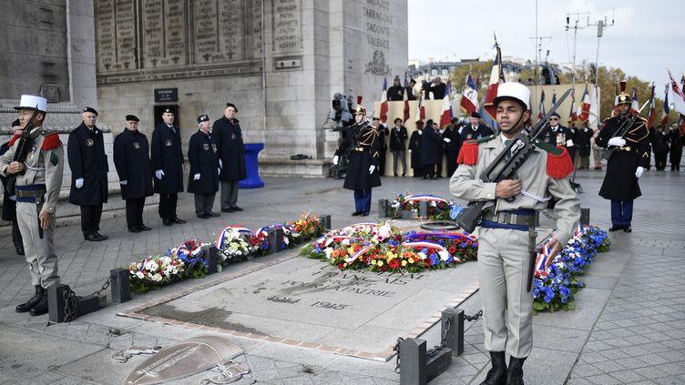 Des soldats se tiennent près de la tombe du soldat inconnu, devant l'arc de Triomphe (Paris), le 11 novembre 2016, lors des commémorations de l'Armistice, marquant la fin de la première guerre mondiale. (STEPHANE DE SAKUTIN/AFP)