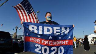 Un supporter de Joe Biden fête la victoire du démocrate à la présidentielle, le 7 novembre à Wilmington (Delaware). (ANGELA WEISS / AFP)