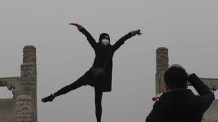 Difficile d'apercevoir le temple du parc du paradis de Pékin en ce 8 décembre 2015. La Chineconnaît un pic de pollution alerte rouge, le niveau le plus élevé. (ROLEX DELA PENA / EPA)