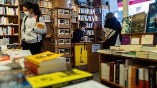 Une librairie à St Aubin, deux mois après le premier confinement, en mai 2020. (MATTHIEU RONDEL / HANS LUCAS)
