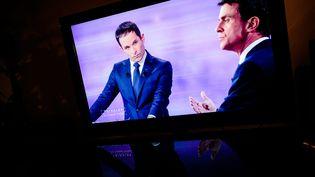 Les deux finalistes de la primaire de la gauche, Benoît Hamon et Manuel Valls, lors du débat de l'entre-deux-tours, le 25 janvier 2017 sur France 2. (MAXPPP)