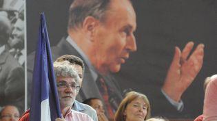 Portrait de François Mitterrand affiché derrière des militants socialistes, à Paris (France) le 8 mai 2011 (NATHANAEL CHARBONNIER / FRANCEINFO / RADIO FRANCE)
