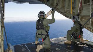 Des soldats de l'Air Force australienne participent aux recherches du vol MH370 au-dessus de l'océan Indien, le 20 mars 2014. (LEADING SEAMAN JUSTIN BROWN / AUSTRALIAN DEFENCE / AFP)