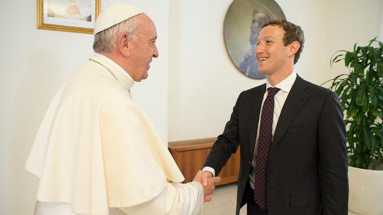 Poignée de mains du Pape François et deMark Zuckerberg le 29 août 2016 au Vatican (HO / AFP)