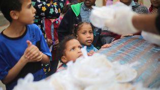 Distribution alimentaire dans le camp de réfugiés de Deir Al-Balah, à Gaza, le 27 avril 2020 (MAHMOUD KHATTAB / MAXPPP)